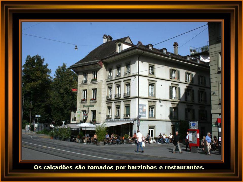 Os calçadões são tomados por barzinhos e restaurantes.