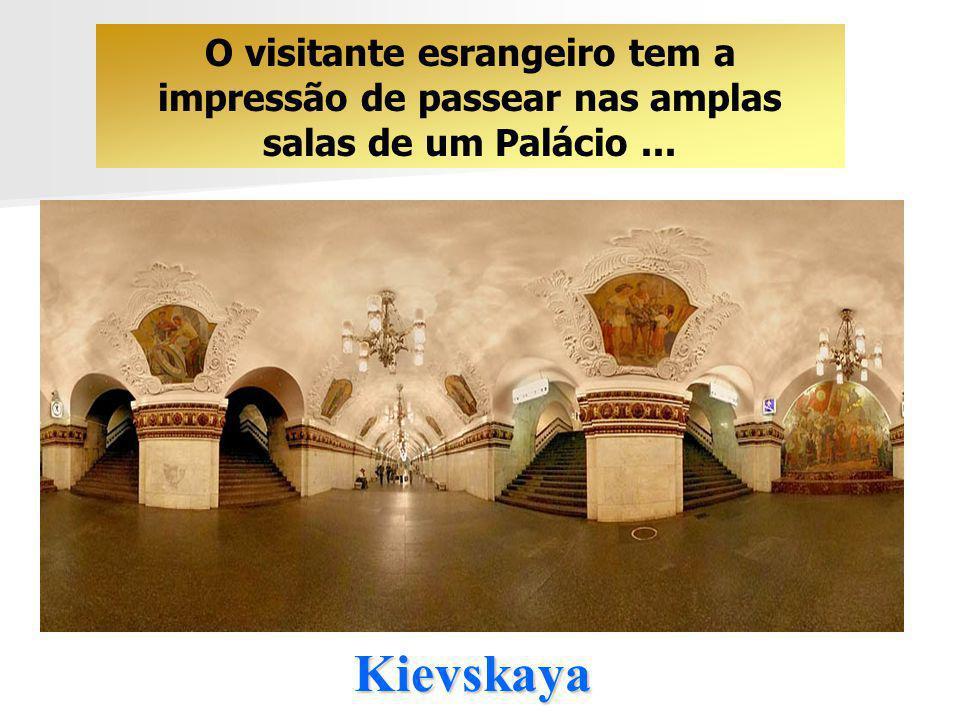 O visitante esrangeiro tem a impressão de passear nas amplas salas de um Palácio ...