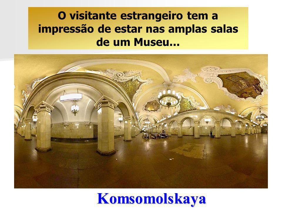 O visitante estrangeiro tem a impressão de estar nas amplas salas de um Museu...