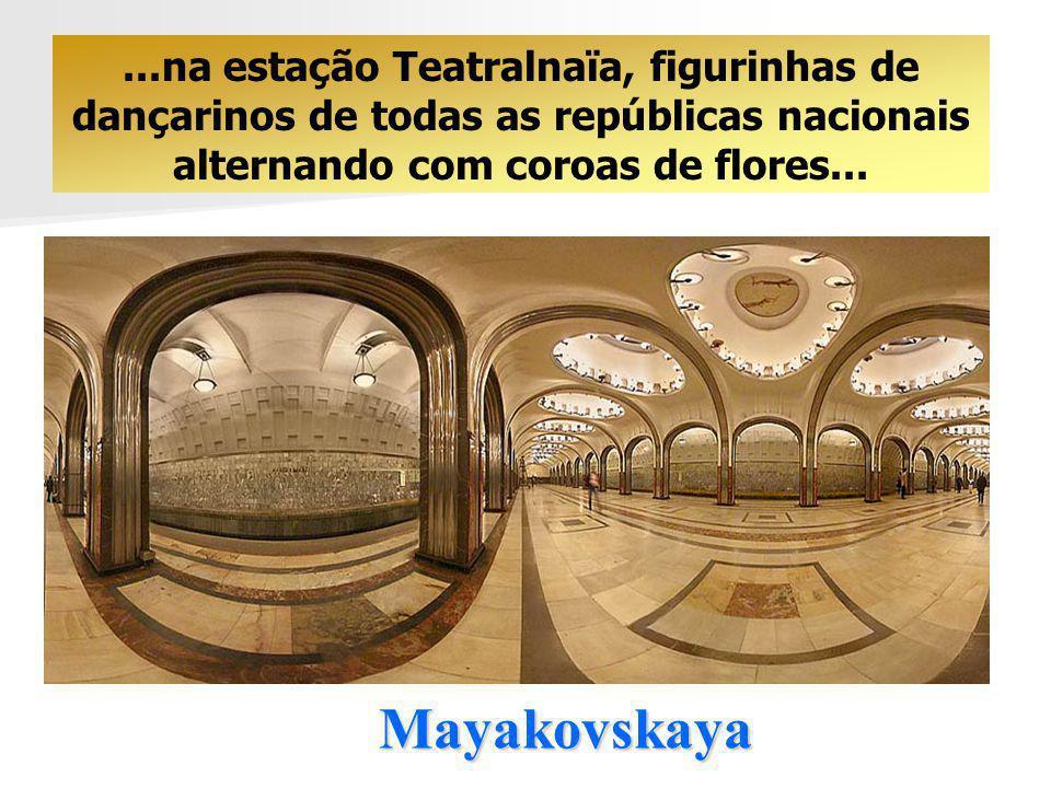 ...na estação Teatralnaïa, figurinhas de dançarinos de todas as repúblicas nacionais alternando com coroas de flores...