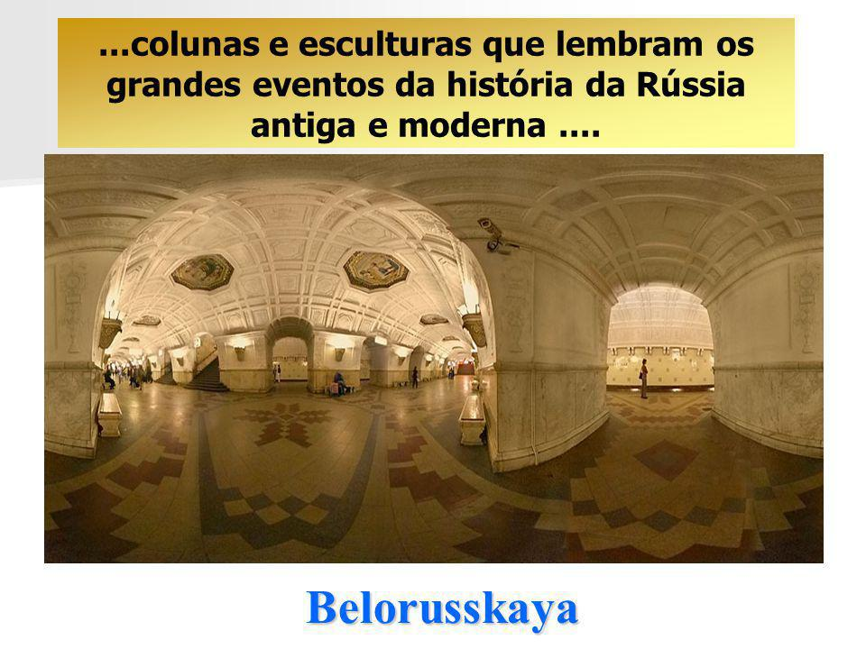 ...colunas e esculturas que lembram os grandes eventos da história da Rússia antiga e moderna ....