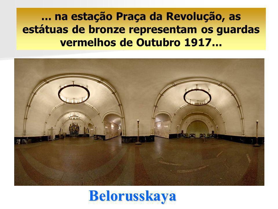... na estação Praça da Revolução, as estátuas de bronze representam os guardas vermelhos de Outubro 1917...