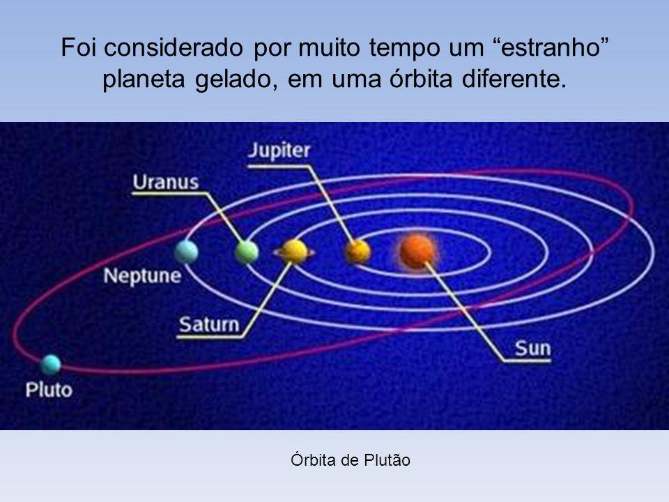 Foi considerado por muito tempo um estranho planeta gelado, em uma órbita diferente.