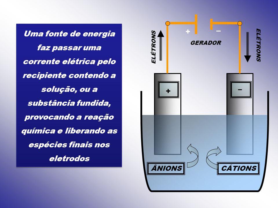 Uma fonte de energia faz passar uma corrente elétrica pelo recipiente contendo a solução, ou a substância fundida, provocando a reação química e liberando as espécies finais nos eletrodos