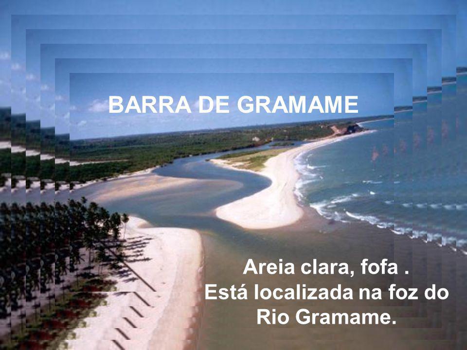 Está localizada na foz do Rio Gramame.