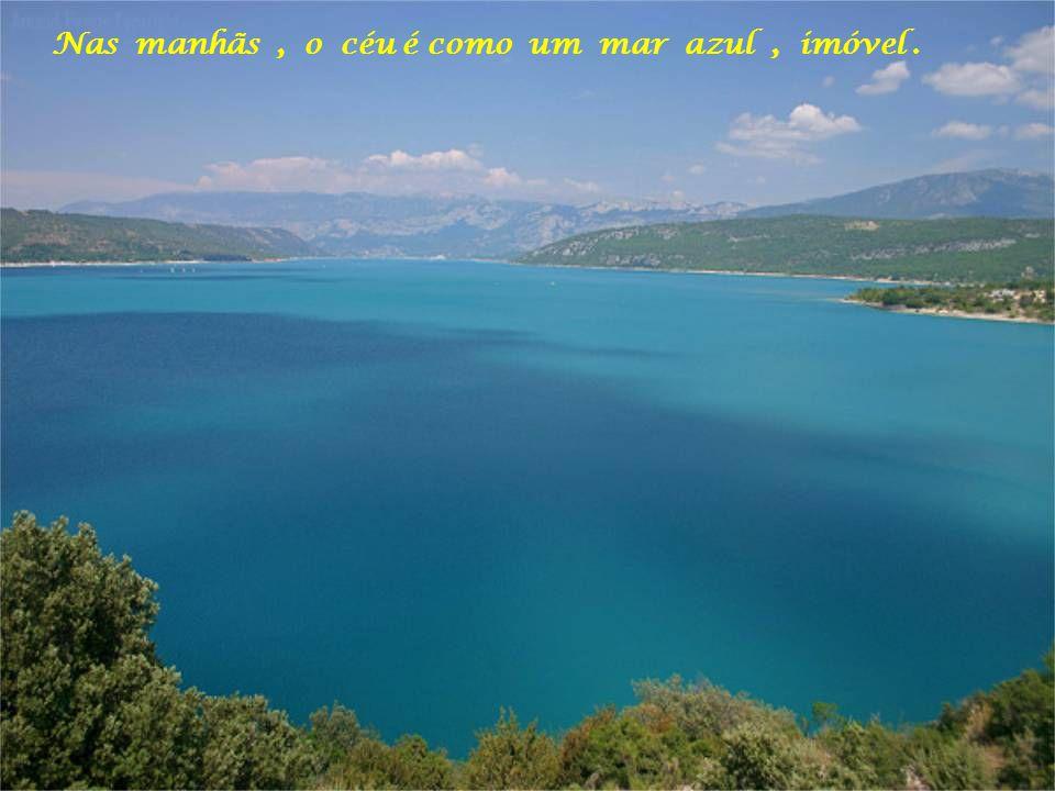 Nas manhãs , o céu é como um mar azul , imóvel .
