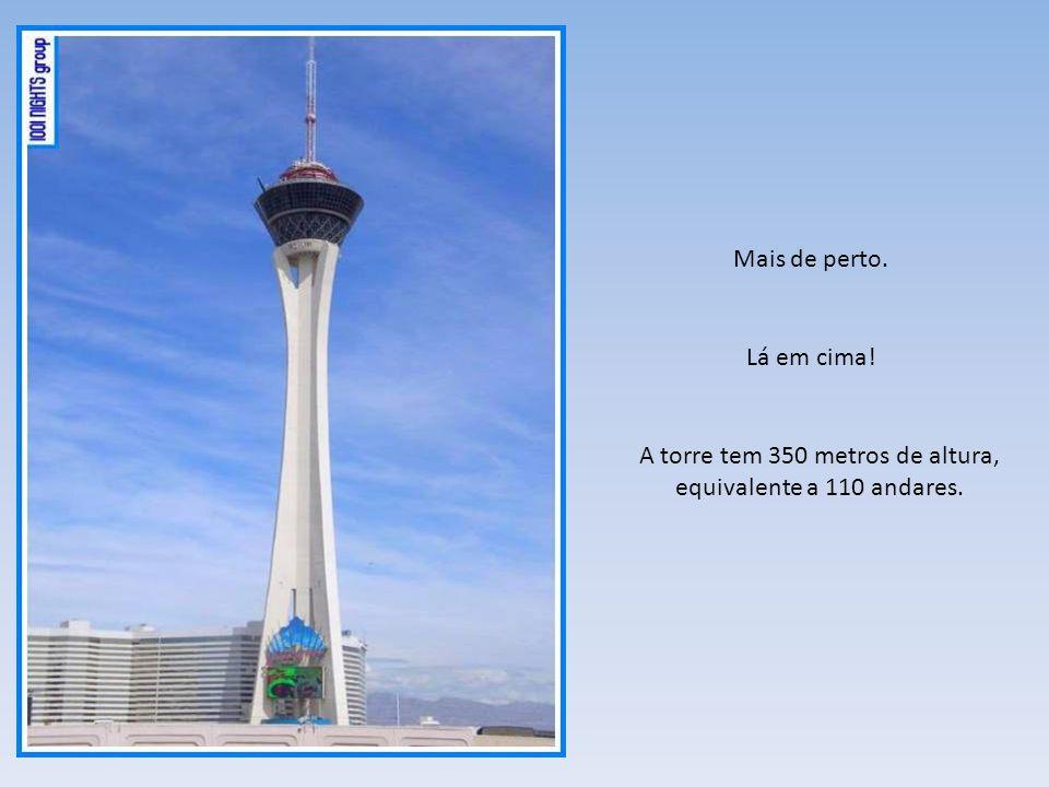 A torre tem 350 metros de altura, equivalente a 110 andares.