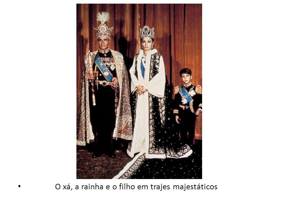 O xá, a rainha e o filho em trajes majestáticos