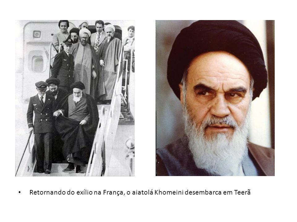 Retornando do exílio na França, o aiatolá Khomeini desembarca em Teerã