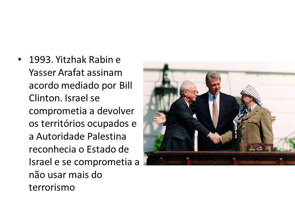 1993. Yitzhak Rabin e Yasser Arafat assinam acordo mediado por Bill Clinton.