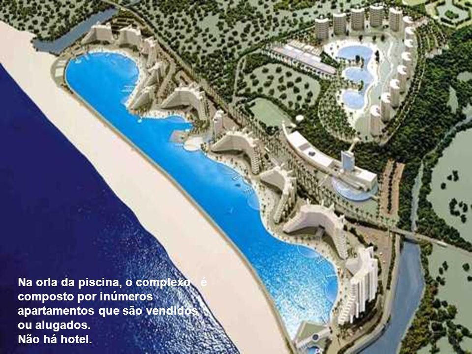 Na orla da piscina, o complexo é composto por inúmeros apartamentos que são vendidos ou alugados.