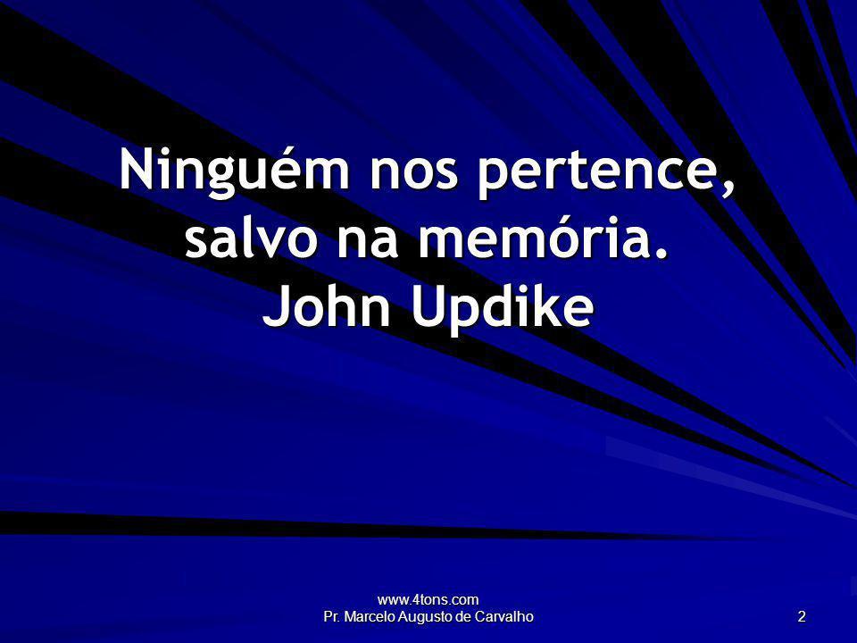 Ninguém nos pertence, salvo na memória. John Updike