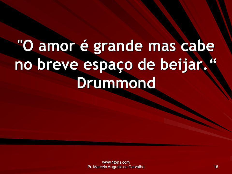 O amor é grande mas cabe no breve espaço de beijar. Drummond