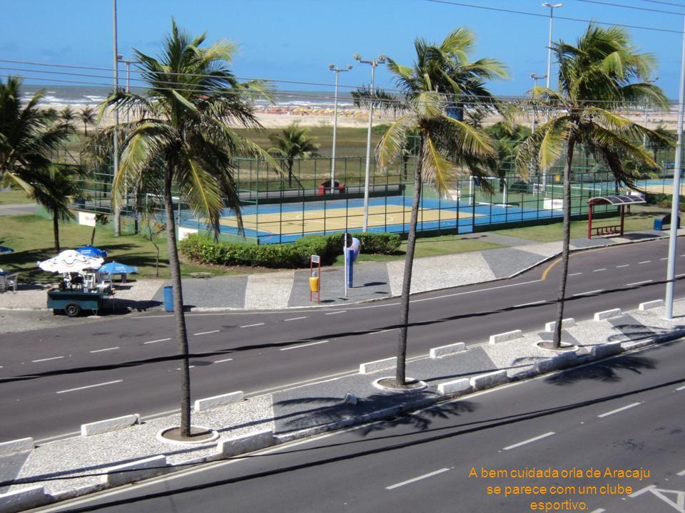 A bem cuidada orla de Aracaju se parece com um clube esportivo.