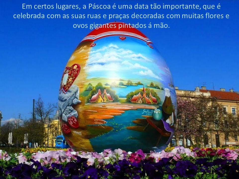Em certos lugares, a Páscoa é uma data tão importante, que é celebrada com as suas ruas e praças decoradas com muitas flores e ovos gigantes pintados á mão.