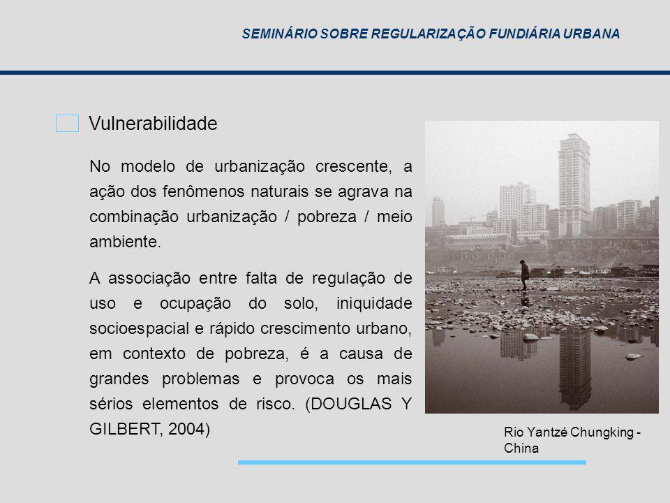 Vulnerabilidade No modelo de urbanização crescente, a ação dos fenômenos naturais se agrava na combinação urbanização / pobreza / meio ambiente.