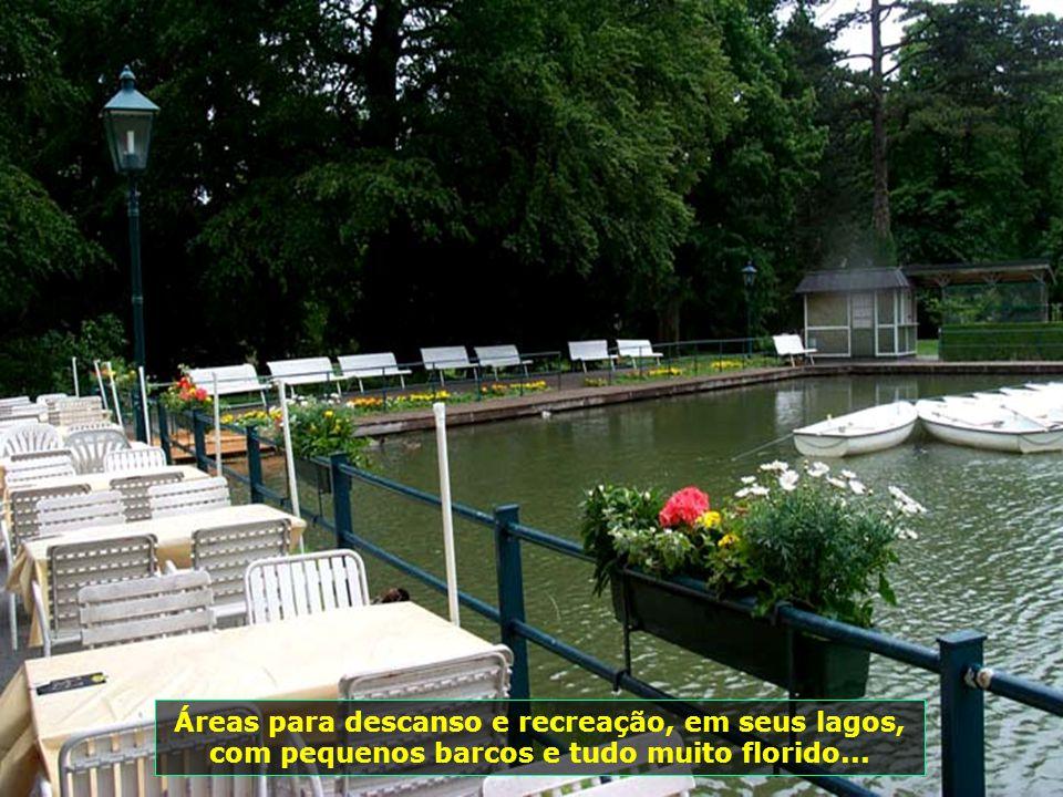 Áreas para descanso e recreação, em seus lagos, com pequenos barcos e tudo muito florido...