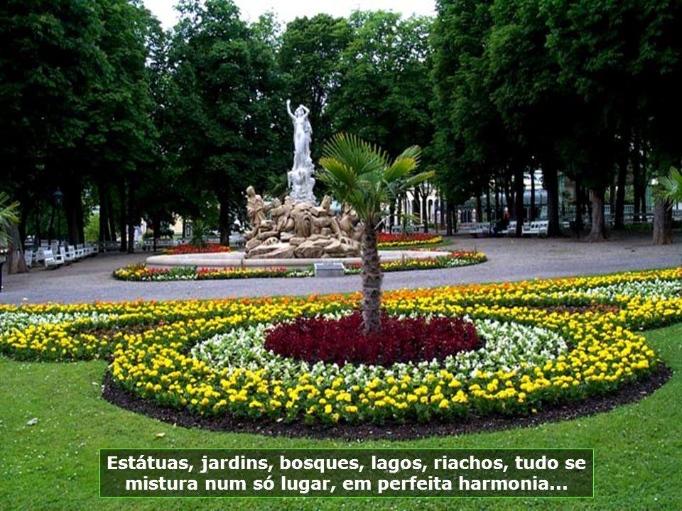 Estátuas, jardins, bosques, lagos, riachos, tudo se mistura num só lugar, em perfeita harmonia...