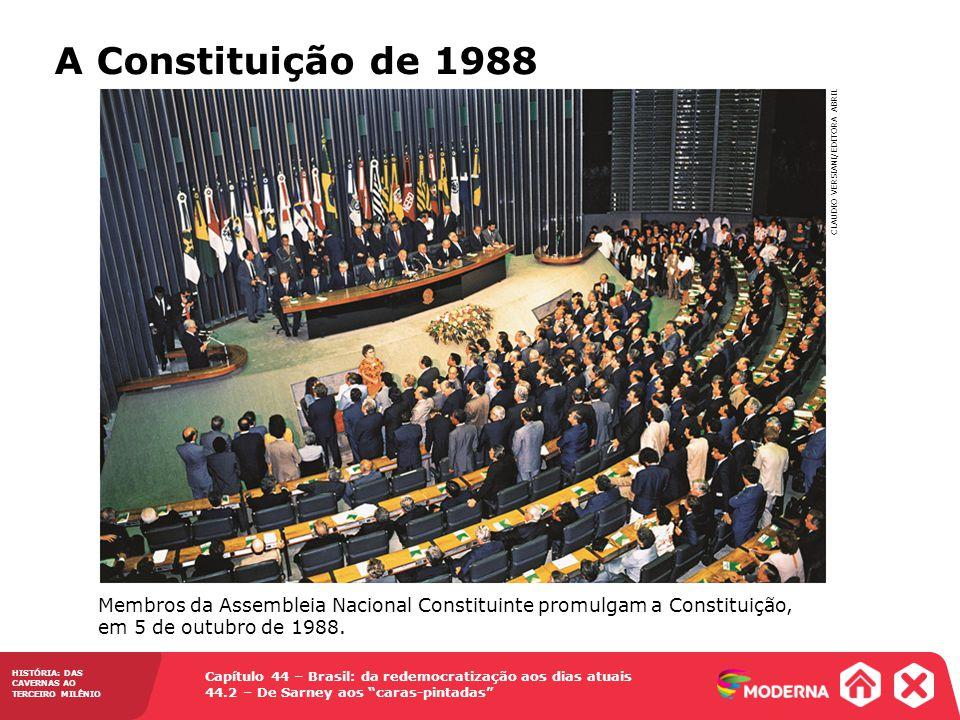 A Constituição de 1988 Membros da Assembleia Nacional Constituinte promulgam a Constituição, em 5 de outubro de 1988.
