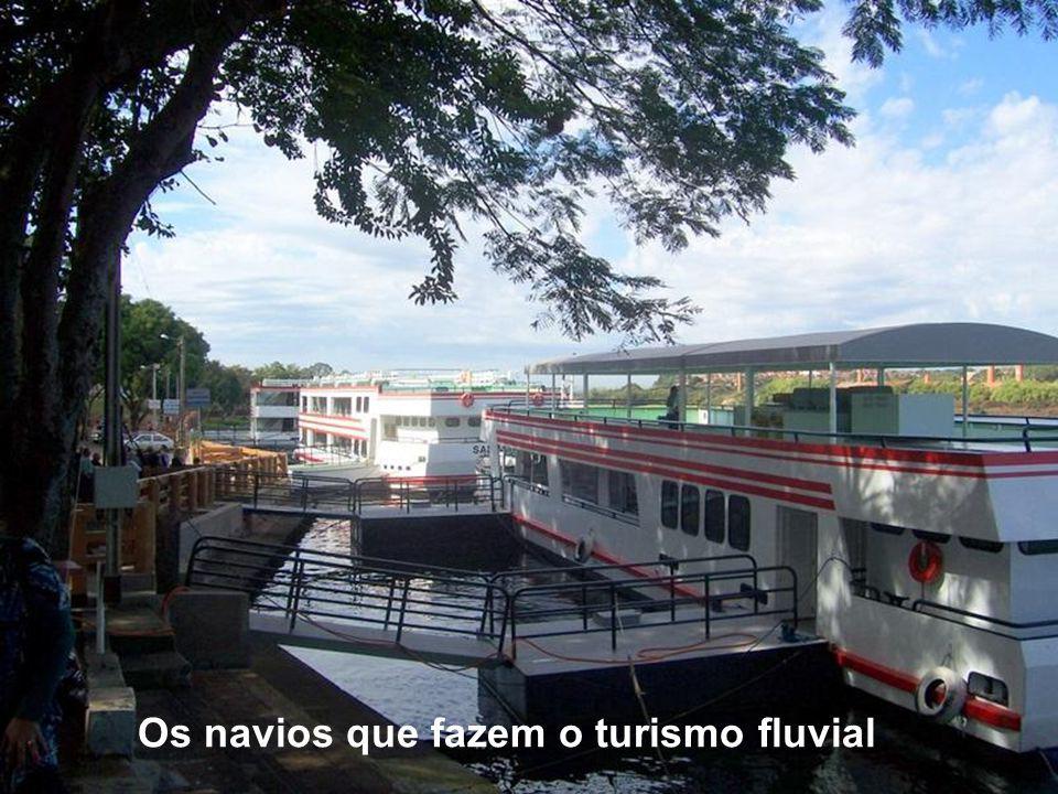 Os navios que fazem o turismo fluvial