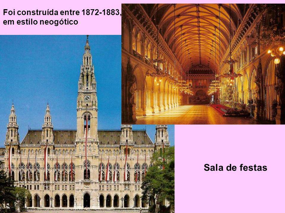 Foi construída entre 1872-1883, em estilo neogótico Sala de festas