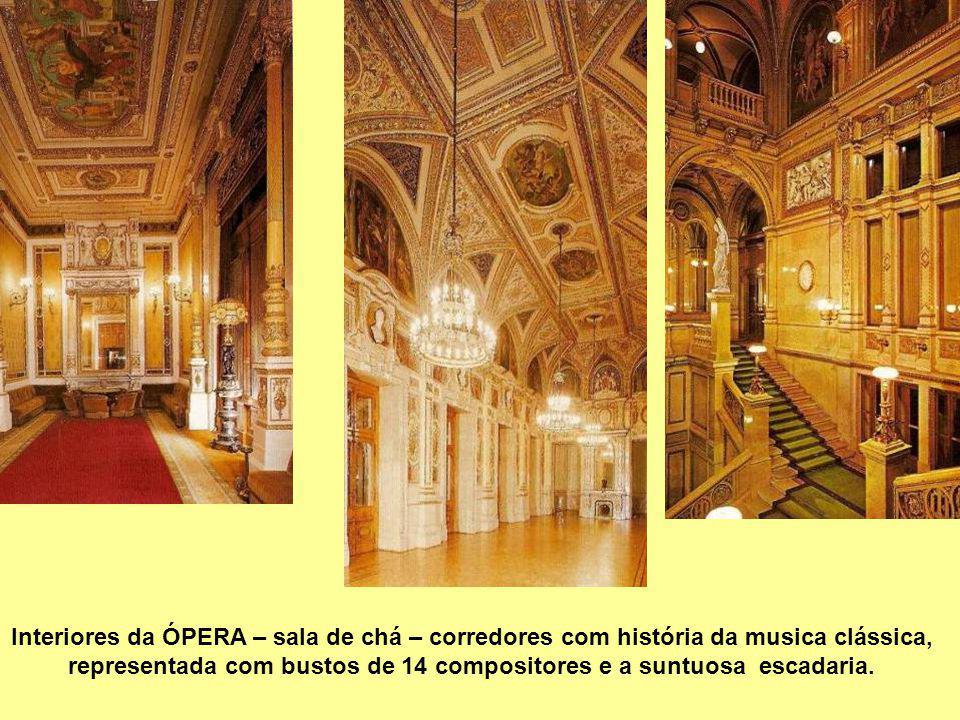 representada com bustos de 14 compositores e a suntuosa escadaria.