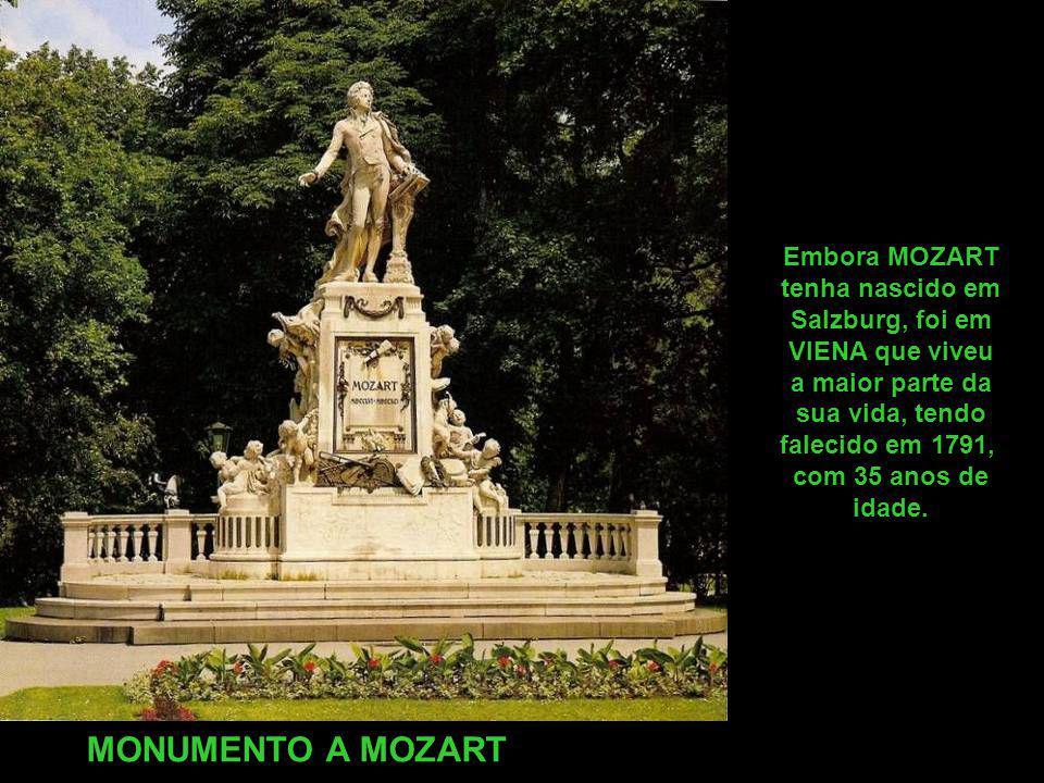 MONUMENTO A MOZART Embora MOZART tenha nascido em Salzburg, foi em