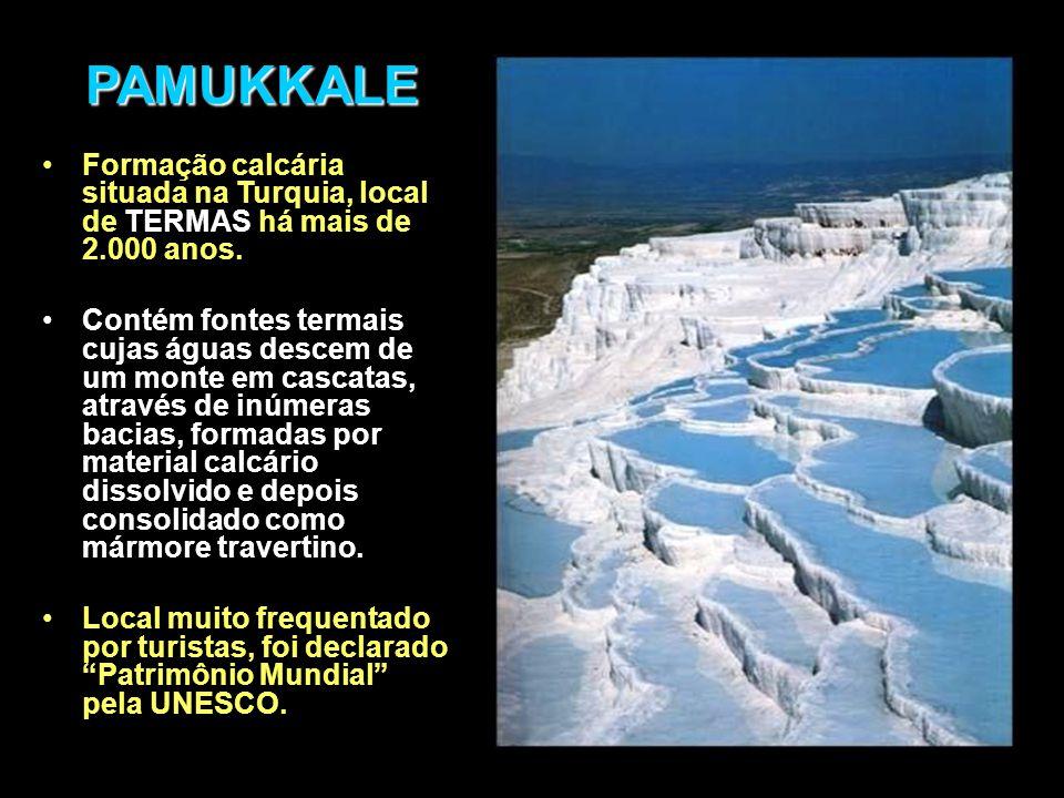 PAMUKKALE Formação calcária situada na Turquia, local de TERMAS há mais de 2.000 anos.