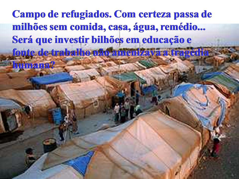 Campo de refugiados. Com certeza passa de milhões sem comida, casa, água, remédio...
