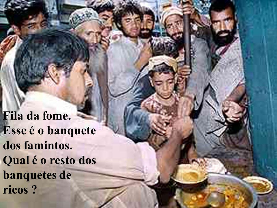 Fila da fome. Esse é o banquete dos famintos