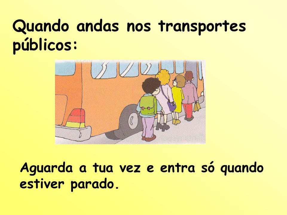 Quando andas nos transportes públicos: