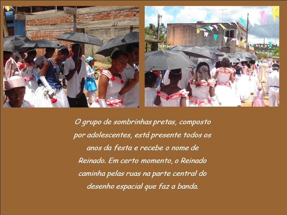 O grupo de sombrinhas pretas, composto por adolescentes, está presente todos os anos da festa e recebe o nome de Reinado.