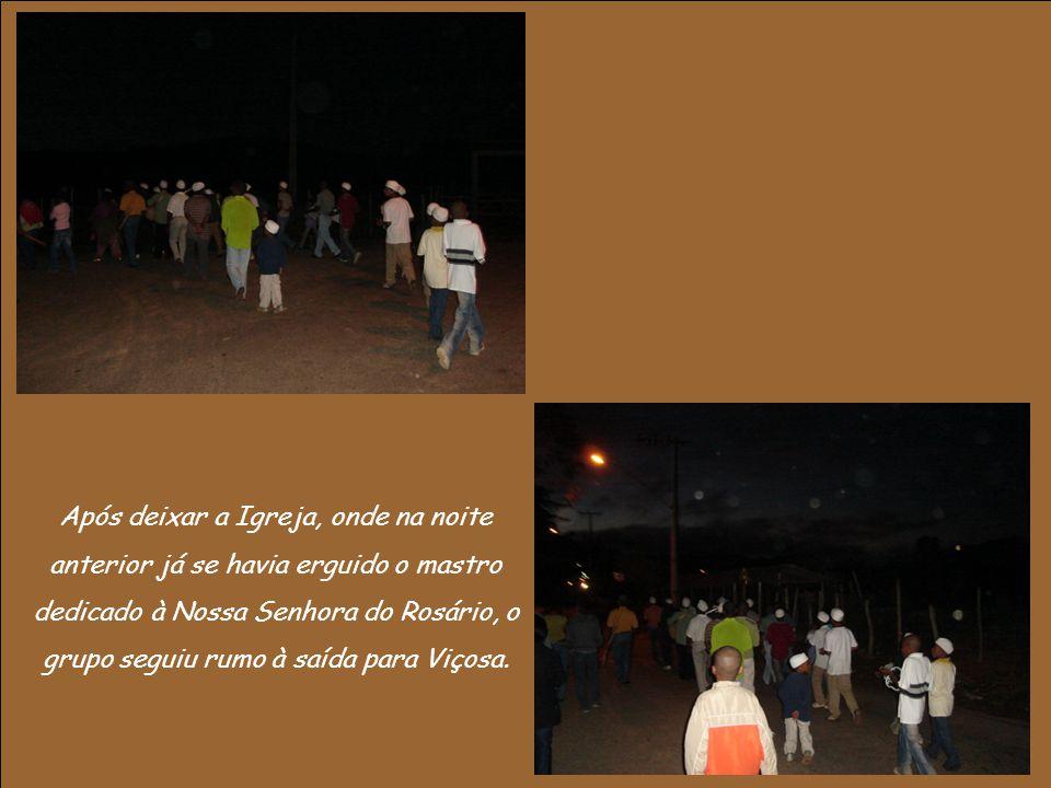 Após deixar a Igreja, onde na noite anterior já se havia erguido o mastro dedicado à Nossa Senhora do Rosário, o grupo seguiu rumo à saída para Viçosa.
