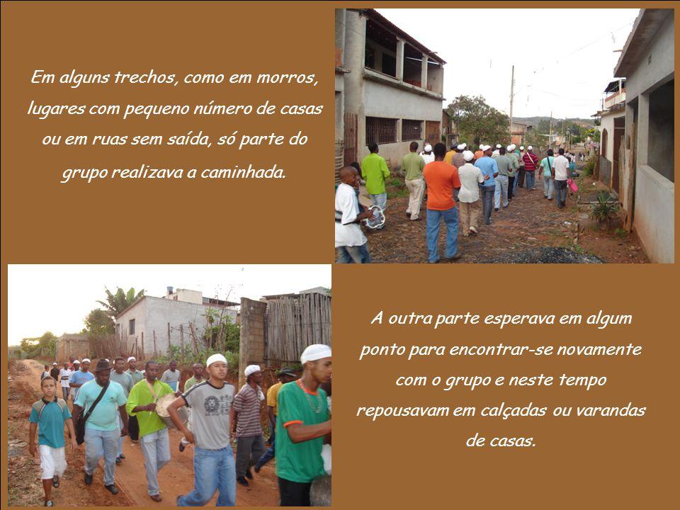 Em alguns trechos, como em morros, lugares com pequeno número de casas ou em ruas sem saída, só parte do grupo realizava a caminhada.