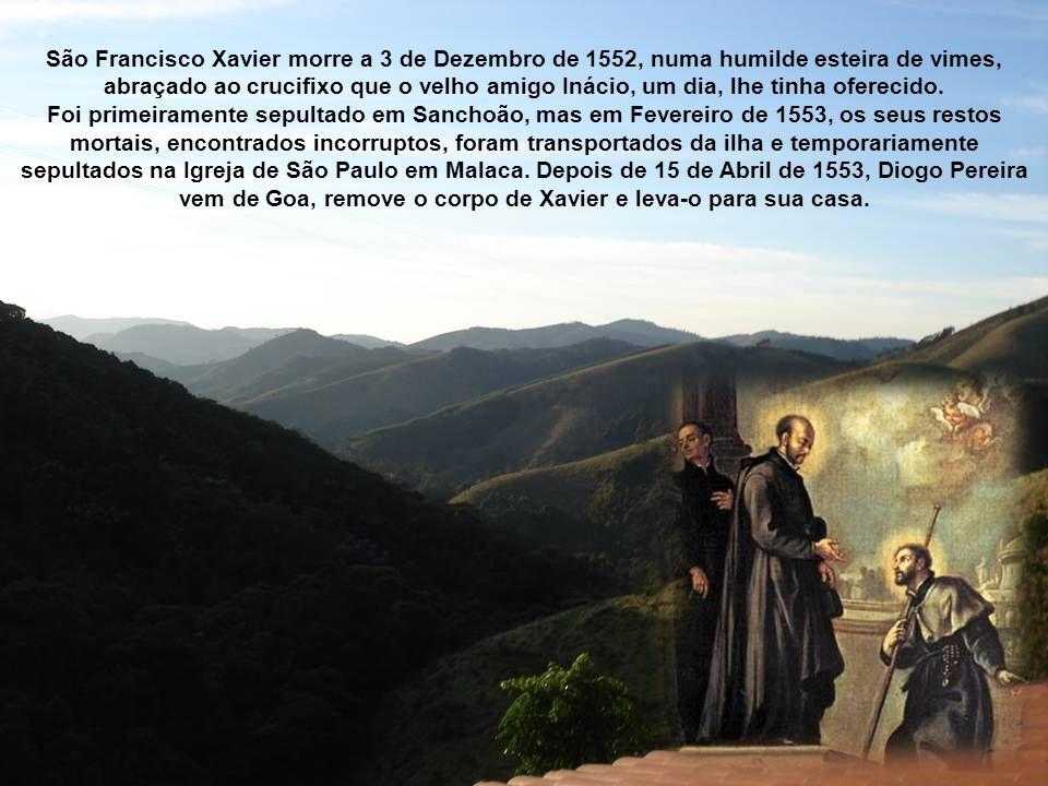 São Francisco Xavier morre a 3 de Dezembro de 1552, numa humilde esteira de vimes, abraçado ao crucifixo que o velho amigo Inácio, um dia, lhe tinha oferecido.