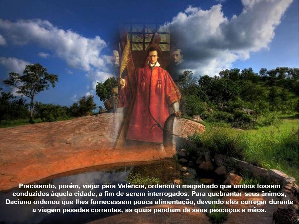 Precisando, porém, viajar para Valência, ordenou o magistrado que ambos fossem conduzidos àquela cidade, a fim de serem interrogados.