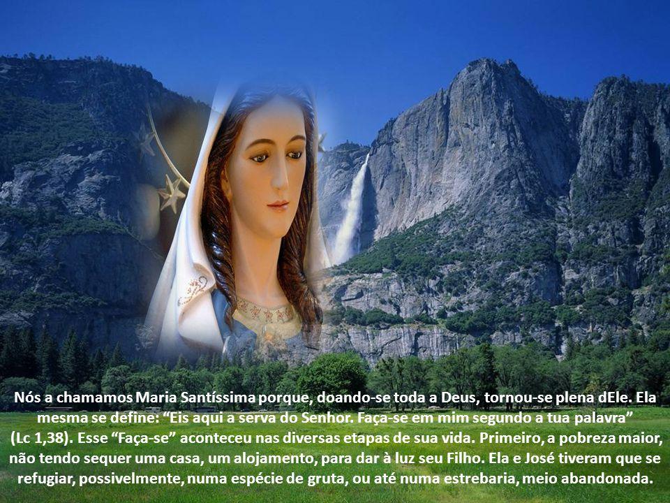 Nós a chamamos Maria Santíssima porque, doando-se toda a Deus, tornou-se plena dEle. Ela mesma se define: Eis aqui a serva do Senhor. Faça-se em mim segundo a tua palavra