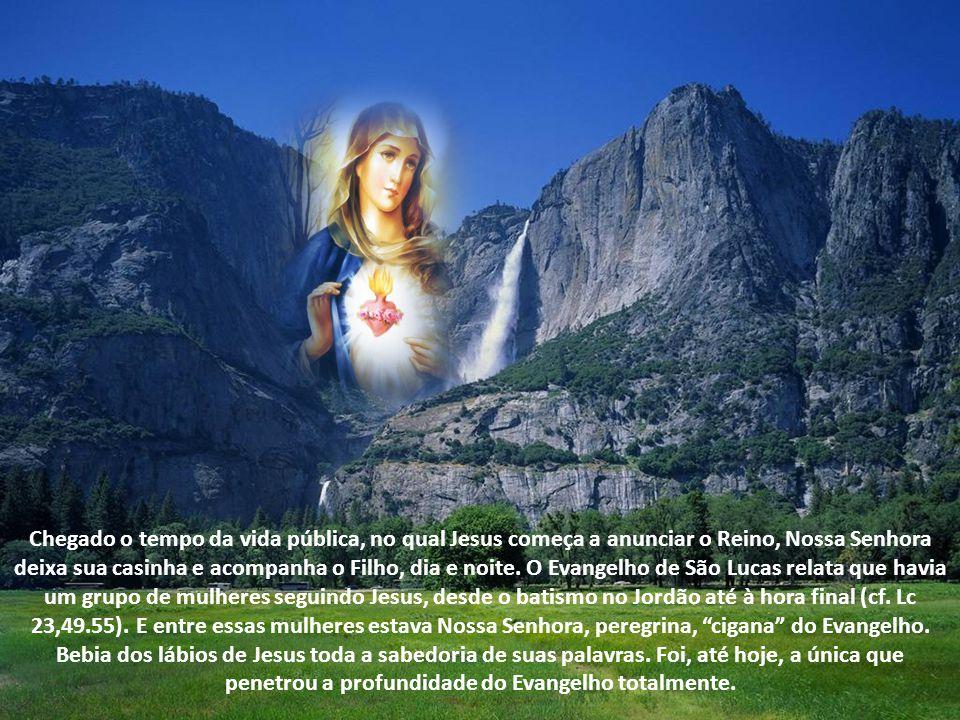 Chegado o tempo da vida pública, no qual Jesus começa a anunciar o Reino, Nossa Senhora deixa sua casinha e acompanha o Filho, dia e noite.