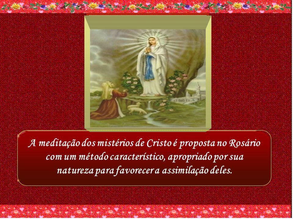 A meditação dos mistérios de Cristo é proposta no Rosário com um método característico, apropriado por sua natureza para favorecer a assimilação deles.