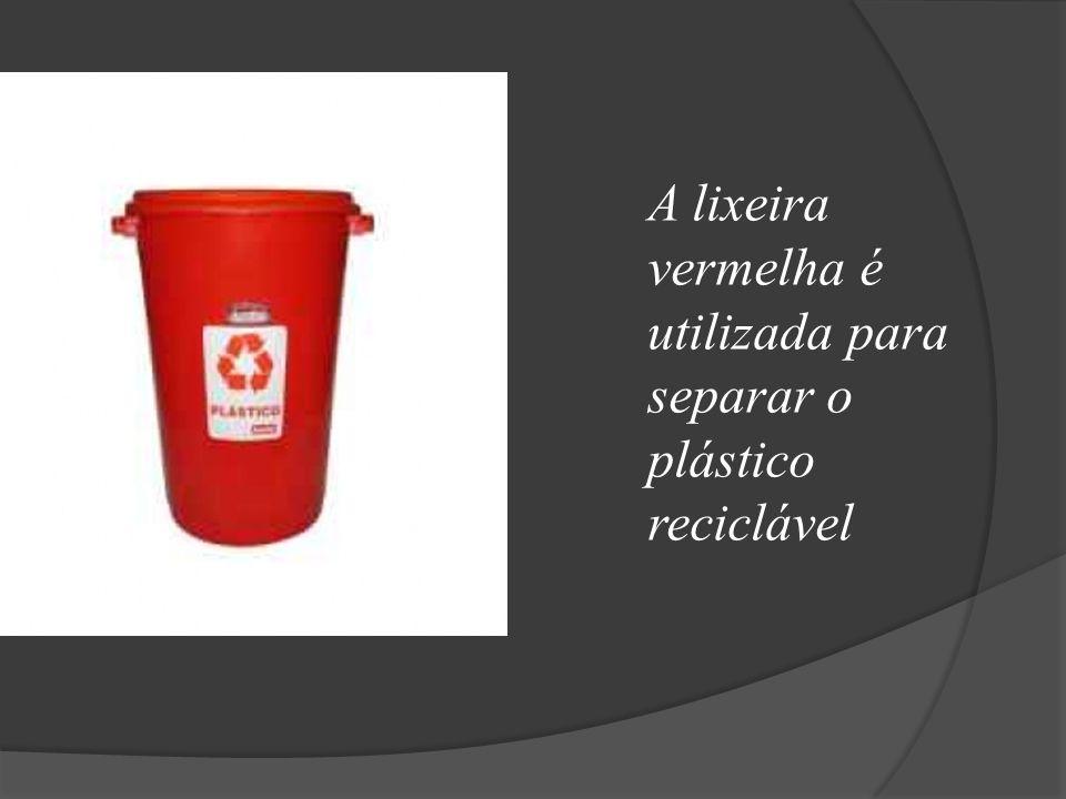 A lixeira vermelha é utilizada para separar o plástico reciclável