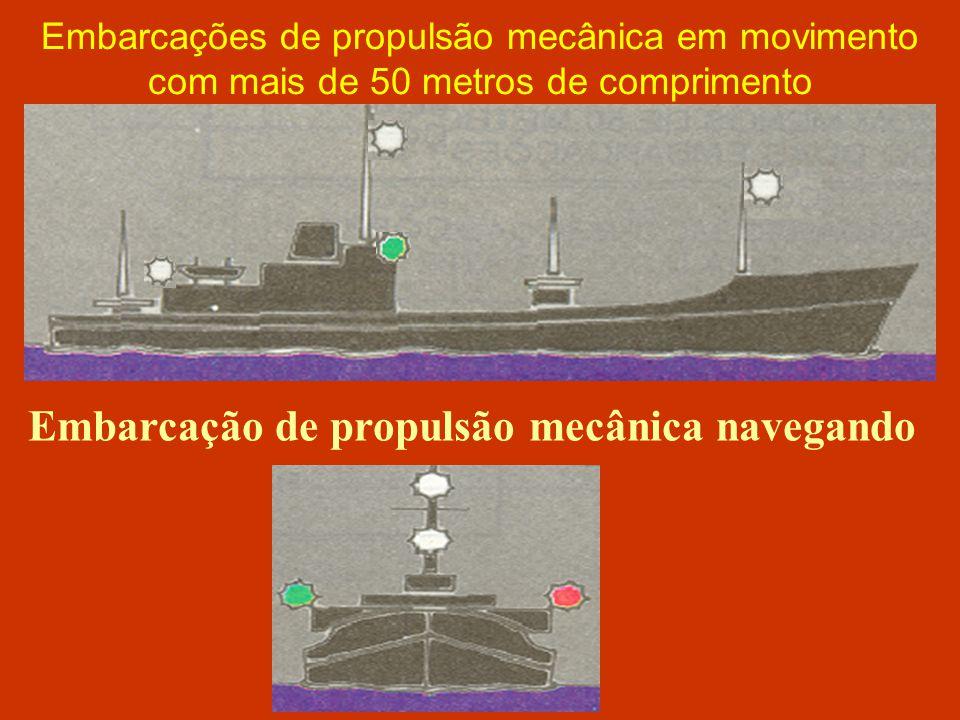 Embarcação de propulsão mecânica navegando