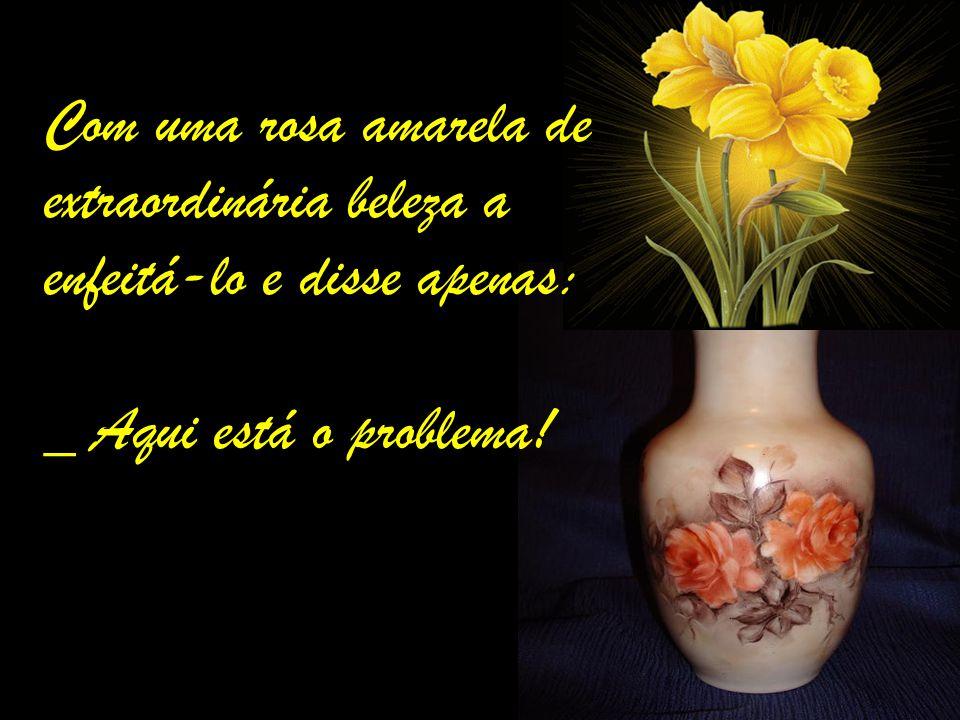 Com uma rosa amarela de extraordinária beleza a