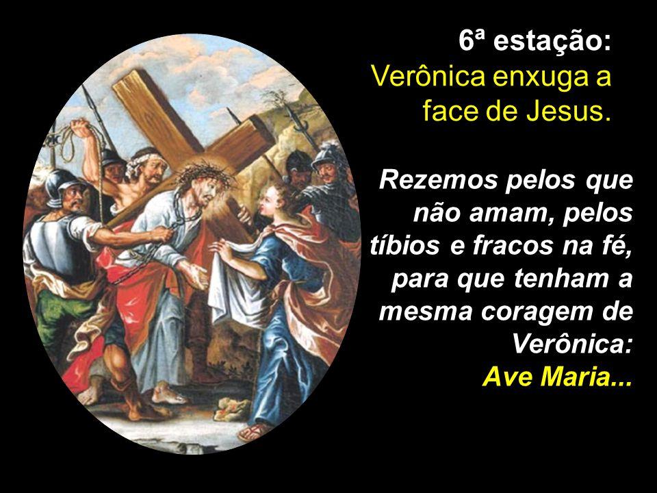 Verônica enxuga a face de Jesus.