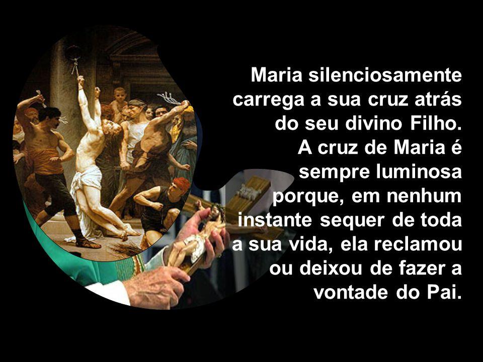 Maria silenciosamente carrega a sua cruz atrás do seu divino Filho.