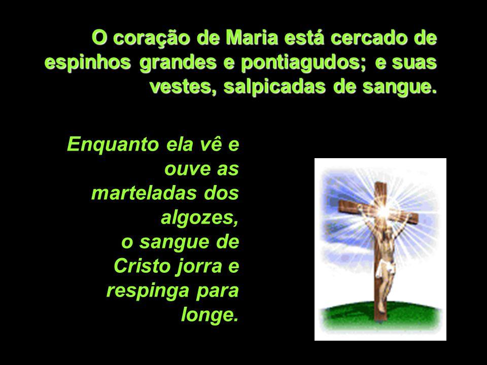 O coração de Maria está cercado de espinhos grandes e pontiagudos; e suas vestes, salpicadas de sangue.