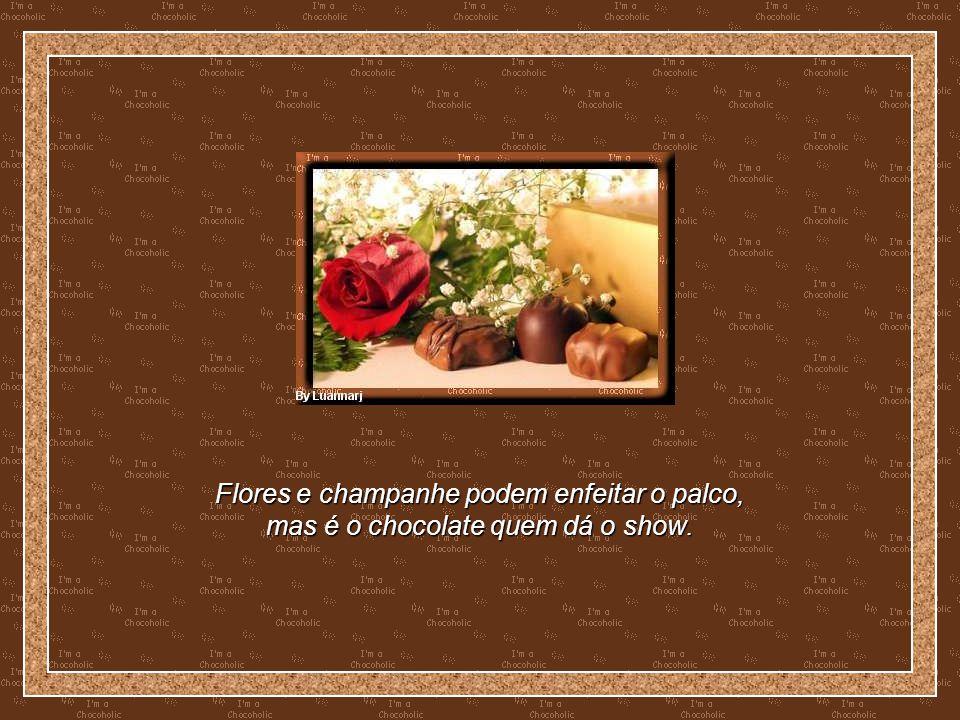 Flores e champanhe podem enfeitar o palco,
