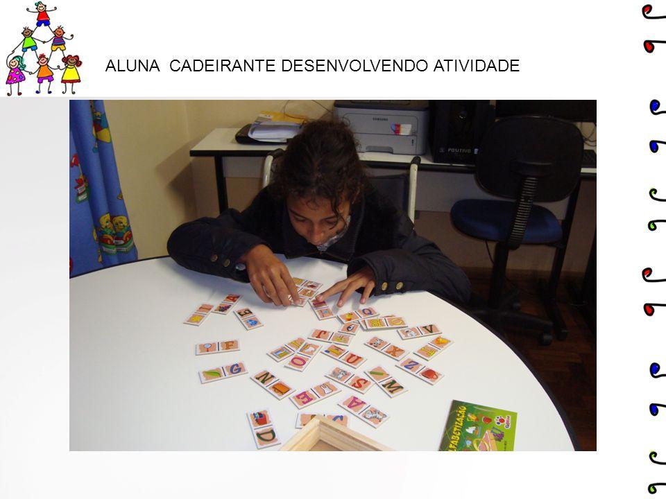ALUNA CADEIRANTE DESENVOLVENDO ATIVIDADE