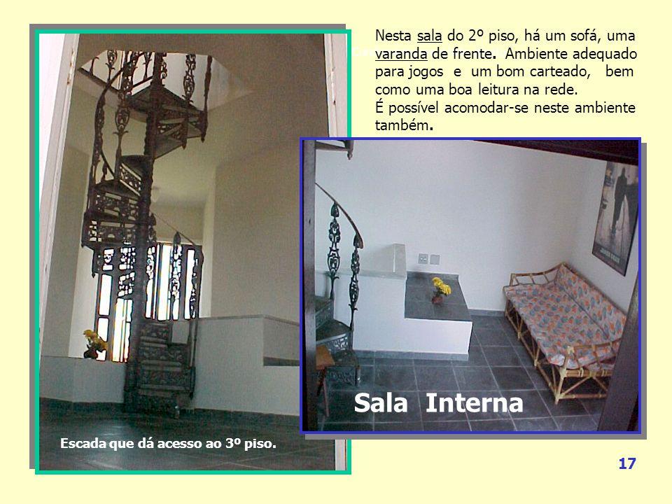 Nesta sala do 2º piso, há um sofá, uma varanda de frente