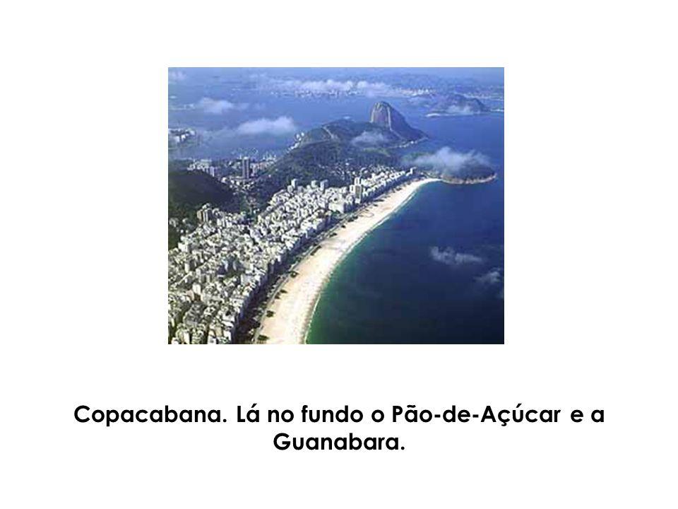 Copacabana. Lá no fundo o Pão-de-Açúcar e a Guanabara.