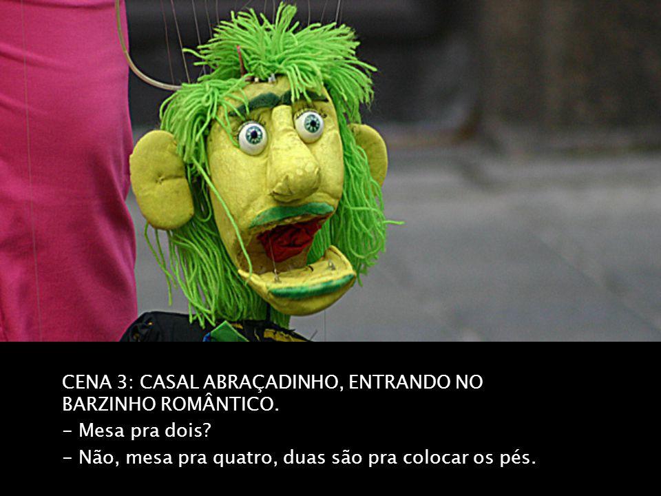 CENA 3: CASAL ABRAÇADINHO, ENTRANDO NO BARZINHO ROMÂNTICO.